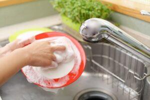食器を洗ってる画像